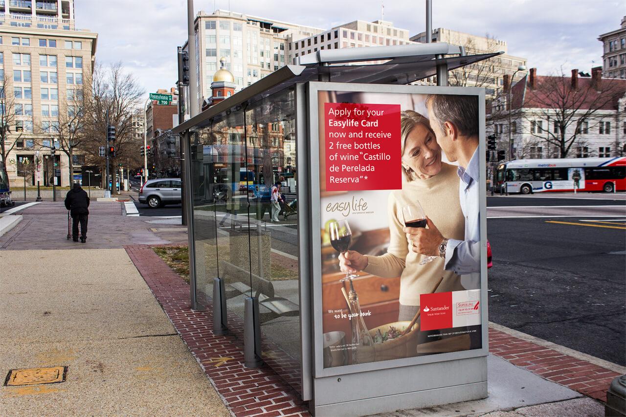 Fotografía de cartel de la campaña para el Banco Santander en parada de autobús
