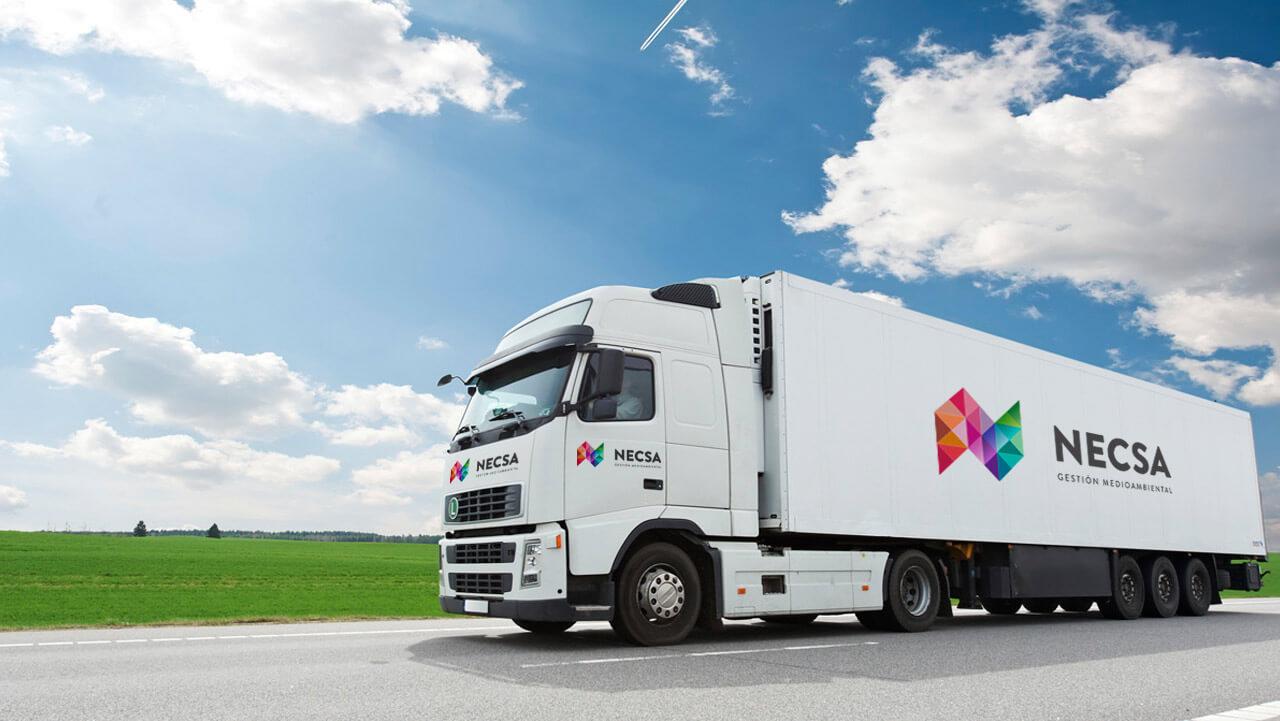Camión con logotipo de Necsa
