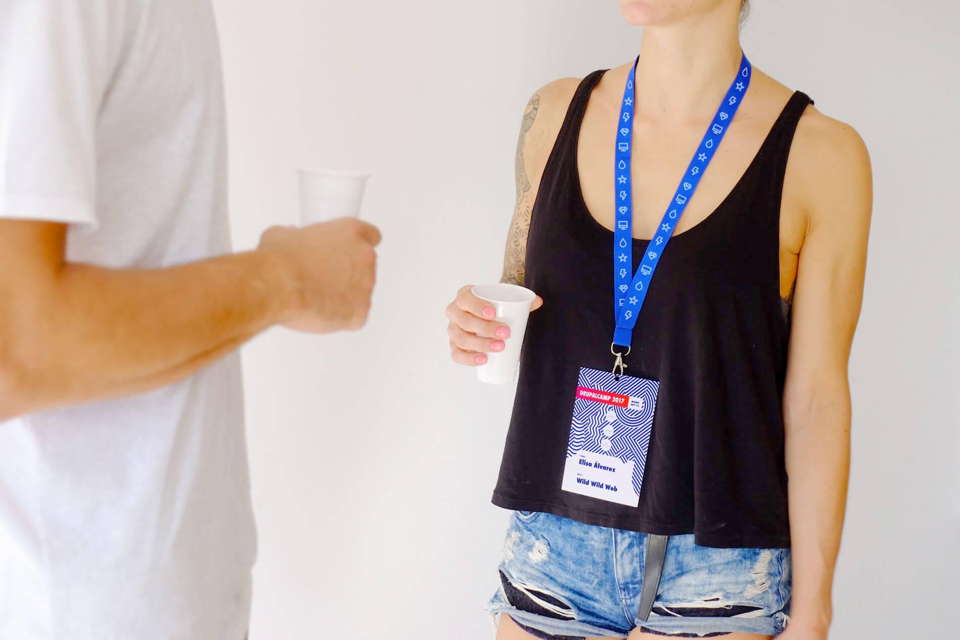 Fotografía de chica con pase colgado al cuello