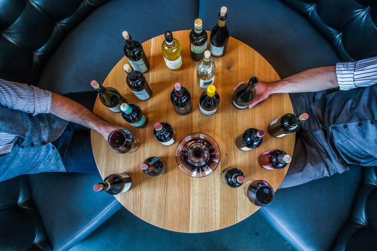 Mesa redonda con botellas de vino de Bulk Wine Club