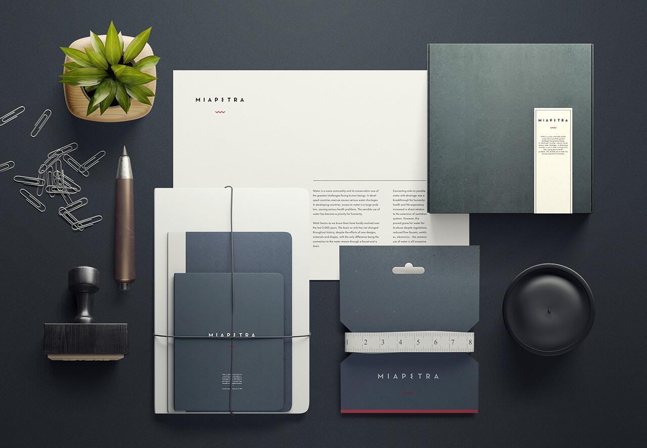 Fotografía de elementos de branding y papelería de Miapetra