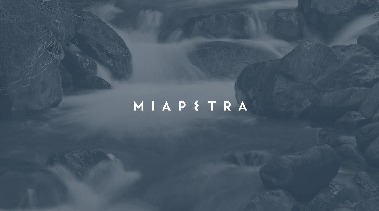 Logotipo de Miapetra sobre fondo oscuro