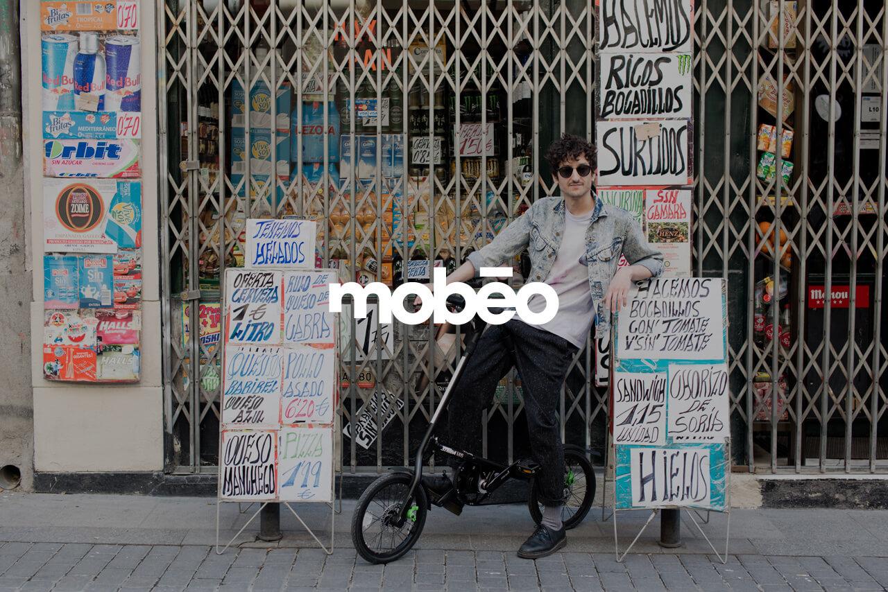 Fotografía de chico sobre bici de mobeo
