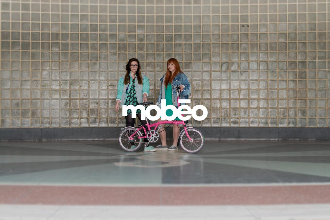 Fotografía de chicas con bicis de mobeo