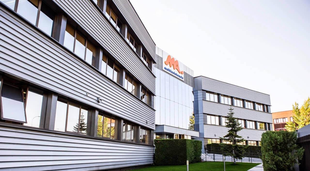 Logotipo de Multiasistencia en el edificio
