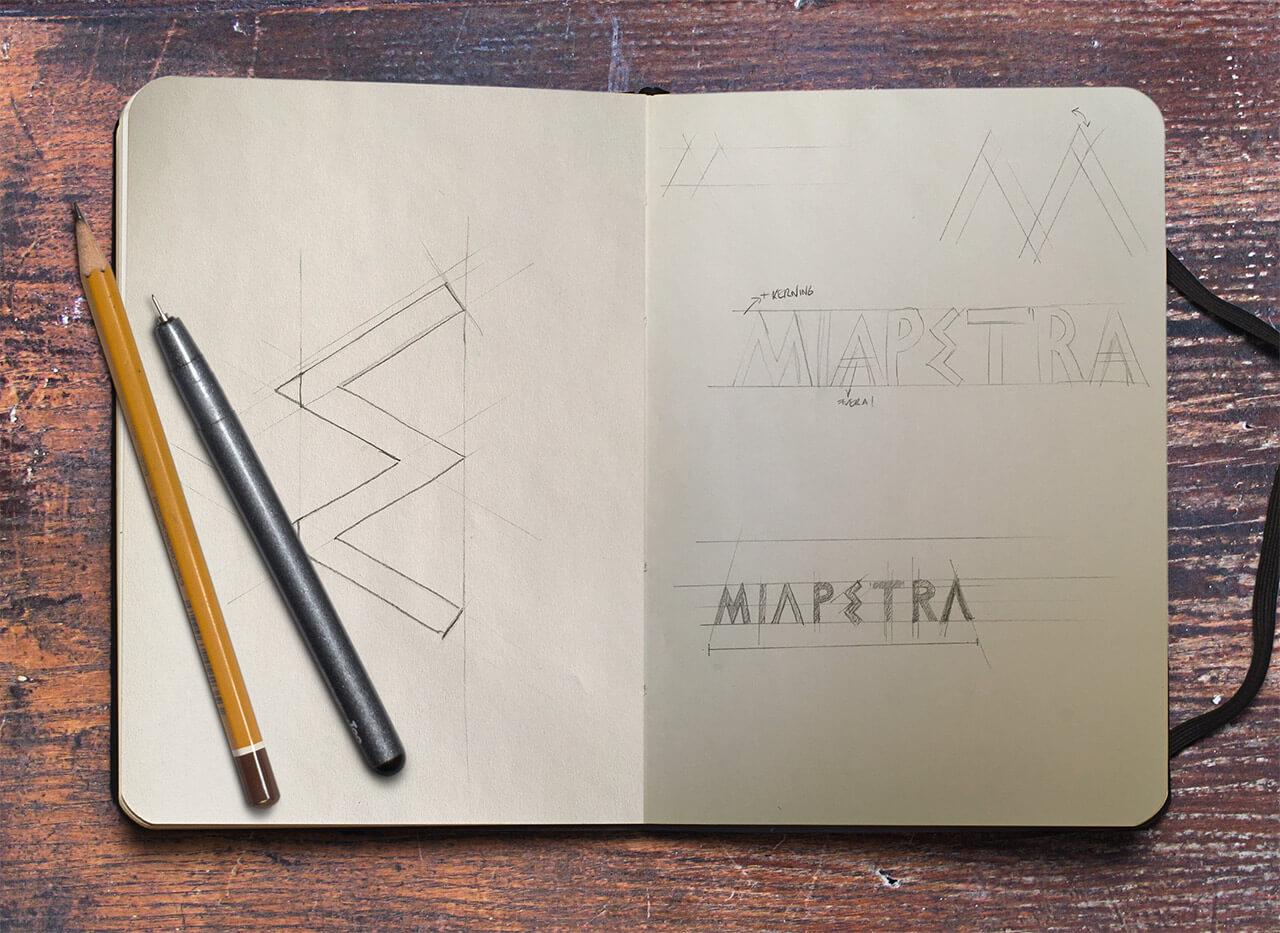 Bocetos de logotipo en cuaderno