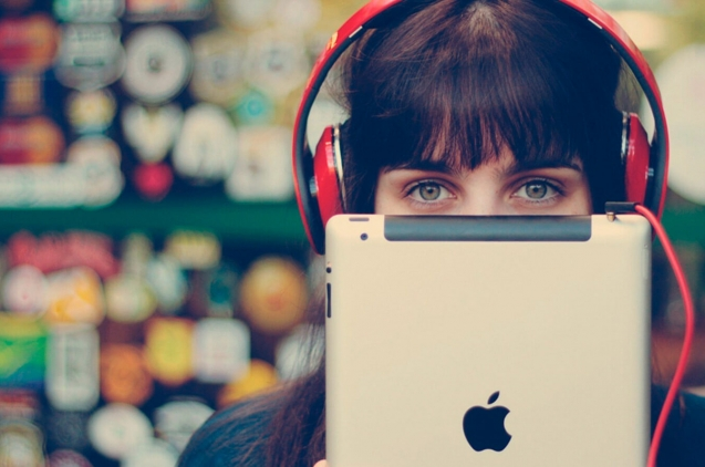 Chica con iPad