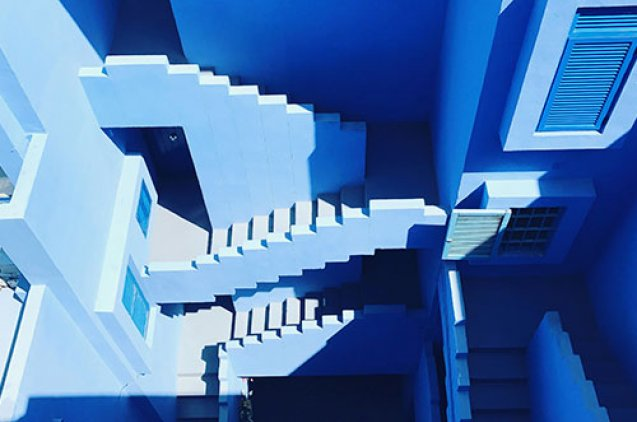 Escaleras fachada azul