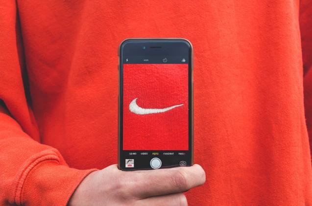 Chico con sudadera Nike y móvil