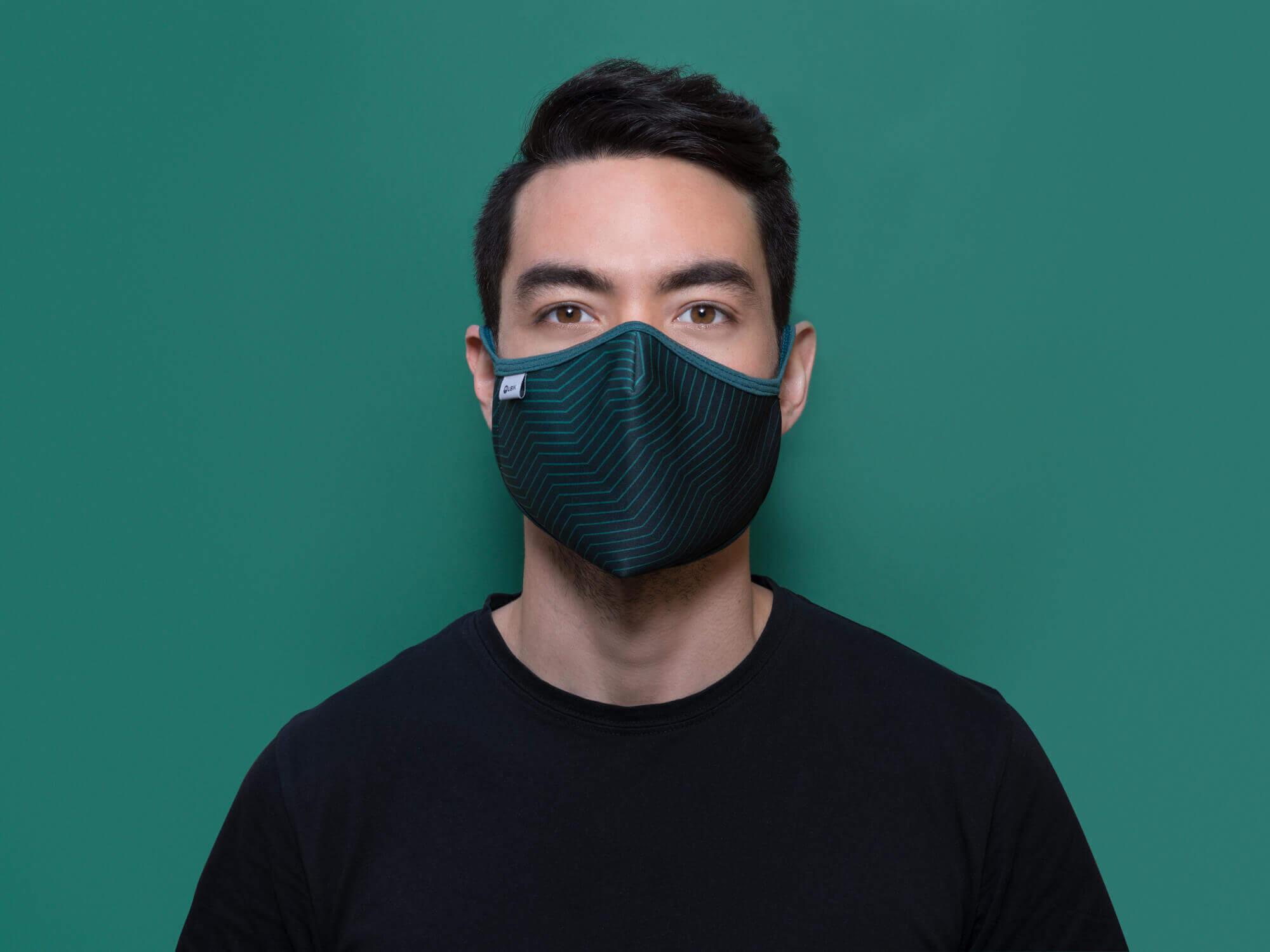 Modelo masculino con mascarilla